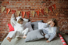 2 дет в мягких pyjamas аранжировали бой подушками Стоковое Фото