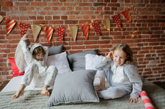 2 дет в мягких pyjamas аранжировали бой подушками Стоковые Фотографии RF