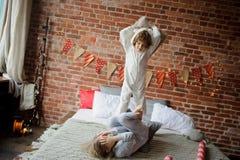2 дет в мягких pyjamas аранжировали бой подушками Стоковая Фотография RF