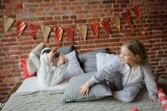 2 дет в мягких pyjamas аранжировали бой подушками Стоковые Фото