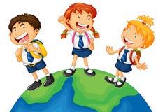 3 дет в школьной форме стоя на земле бесплатная иллюстрация