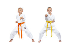2 дет в gyaku-tsuki пинком удара karategi Стоковое Изображение