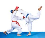 2 дет в karategi тренируют дуновения карате Стоковое Фото