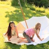 2 дет - девушки играя на парасоле Стоковые Изображения RF