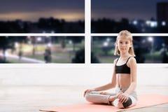 10 лет девушки strething на классе фитнеса Стоковые Фотографии RF