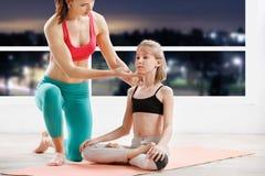10 лет девушки strething на классе фитнеса Стоковая Фотография RF