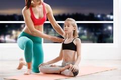 10 лет девушки strething на классе фитнеса Стоковое Фото