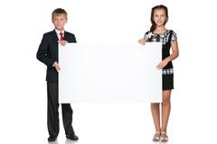 2 дет держат белую доску Стоковые Фото