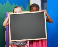 2 дет держа классн классный в preschool Стоковые Фото