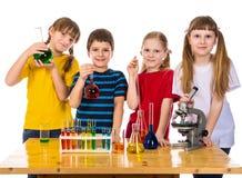 4 дет держа химический флакон Стоковые Изображения