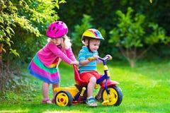 2 дет ехать велосипеды Стоковое фото RF