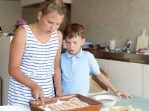 2 дет делают торт в кухне Стоковая Фотография