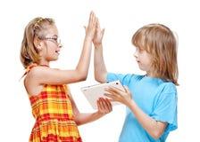 2 дет делая жест максимума 5 Стоковое Фото