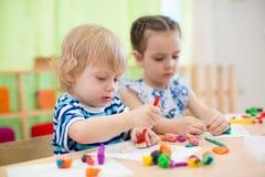 2 дет делая искусства и ремесла в центре амбулаторного учреждения Стоковые Фото