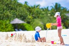 2 дет делая песок рокировать и играя на Стоковое фото RF