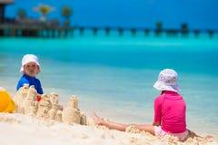 2 дет делая песок рокировать и играя на Стоковая Фотография
