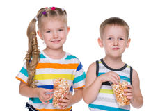 2 дет едят попкорн Стоковая Фотография