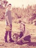 2 дет засаживая новое дерево Стоковые Фотографии RF