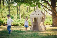 2 дет играют в парке Стоковые Изображения