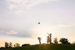 3 дет играют на заходе солнца Стоковое Изображение RF