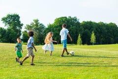 4 дет играют на glade вечера Стоковое Изображение