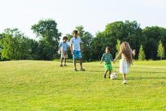4 дет играют на glade вечера Стоковые Фото
