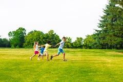 4 дет играют на glade Стоковая Фотография