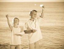 2 дет играя бумажные самолеты Стоковые Фото