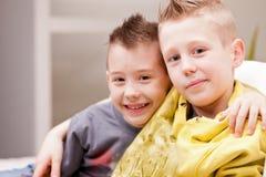 2 дет играя видеоигры Стоковая Фотография