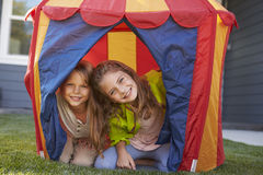 2 дет играя внутренний шатер в саде совместно Стоковое Изображение RF