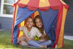 2 дет играя внутренний шатер в саде совместно Стоковая Фотография RF