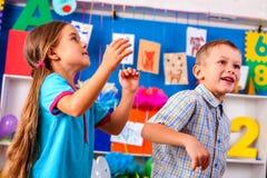 2 дет играя в детском саде Стоковые Фотографии RF