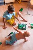 2 дет играя в дизайнерской комнате Стоковое фото RF