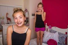 2 дет играя в их комнате Стоковые Фото