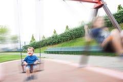 2 дет играя в качании Стоковые Фото