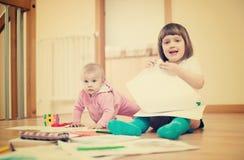 2 дет играя в доме Стоковая Фотография