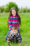 2 дет играя на зеленой траве Стоковое Фото
