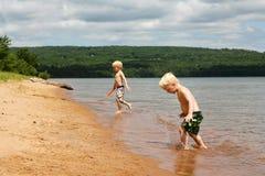 2 дет играя на пляже на Lake Superior Стоковая Фотография