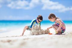 2 дет играя на пляже Стоковое фото RF