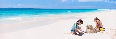 2 дет играя на пляже Стоковые Изображения RF