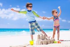 2 дет играя на пляже Стоковая Фотография