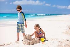 2 дет играя на пляже Стоковое Фото