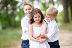 3 дет играя на луге Стоковые Изображения RF