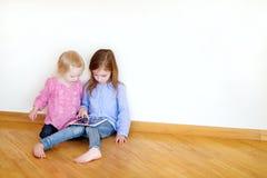 2 дет играя на цифровой таблетке Стоковые Фото