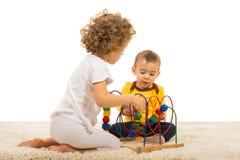 2 дет играя домой Стоковые Фотографии RF
