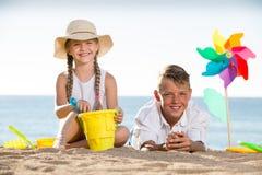 2 дет играя пляж Стоковая Фотография