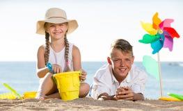 2 дет играя пляж Стоковое Фото