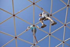2 дет играя совместно высоко на спортивной площадке Стоковая Фотография