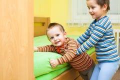 2 дет играя совместно Стоковые Фотографии RF