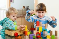 2 дет играя с блоками Стоковые Фотографии RF